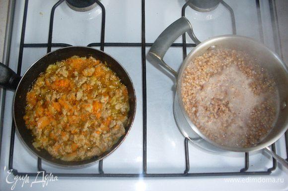 Варим гречку до полуготовности, помешиваем кашу и овощи, чтобы не пригорели. Солим и гречку, и фарш с овощами. Добавляем к овощам универсальную приправу (по желанию).