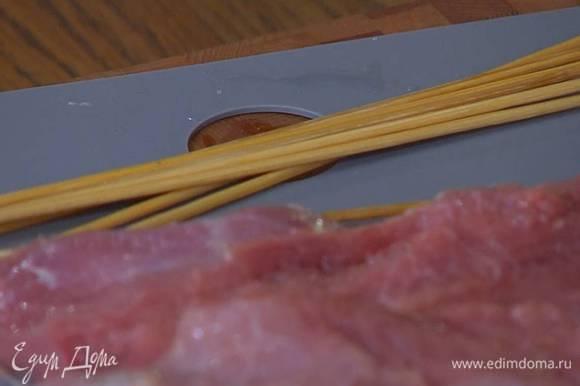 Пищевые шпажки предварительно замочить на 30‒40 минут.
