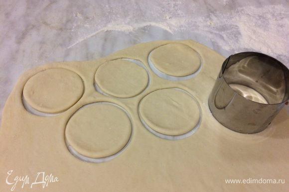 Посыпьте мукой рабочую поверхность, разделите тесто пополам и раскатайте каждую половину в пласт толщиной 2 мм. Вырежьте выемкой 6 см (или рюмкой) столько кружков, сколько поместится.