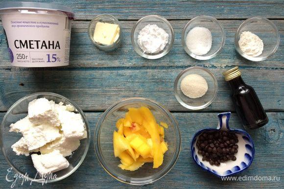 Подготовьте все ингредиенты. Манго очистите, отделите от косточки и нарежьте на кусочки.