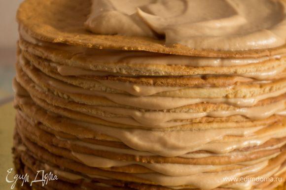 Формируем торт. Каждый корж обильно смазываем кремом, прям вот обильно!!! Крема много — хватит обязательно. Удобнее всего это делать спатулой. В конце смазываем и бока торта. На фото хорошо видно структуру коржей и шелковистость крема.