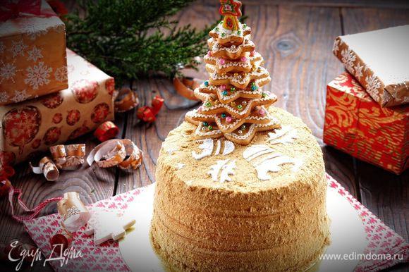 Когда торт как следует пропитался, перед подачей, посыпаем его сахарной пудрой (я использовала специальный трафарет с рождественским мотивом) и устанавливаем рождественскую елку. Готово!