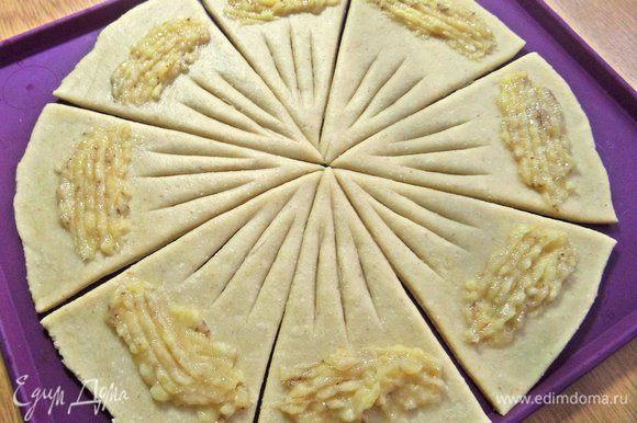 Размять банан вилкой и распределить его по 1 ч. л. на треугольник.