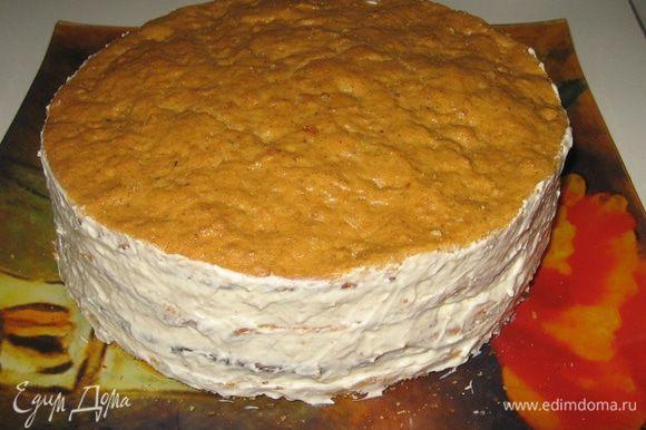 Также кремом промазываем бока торта и посыпаем дроблеными орехами.