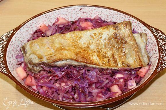 Свинину отдельно запечь в духовке, либо можно пожарить и выложить на капусту, отправить в духовку на 10 — 15 минут при 180°С.