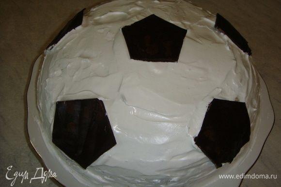 Выложить сверху заготовки из шоколада. Торт для будущего футболиста готов. К сожалению в разрезе не успела сфотографировать, быстро съели! :) Приятного чаепития!