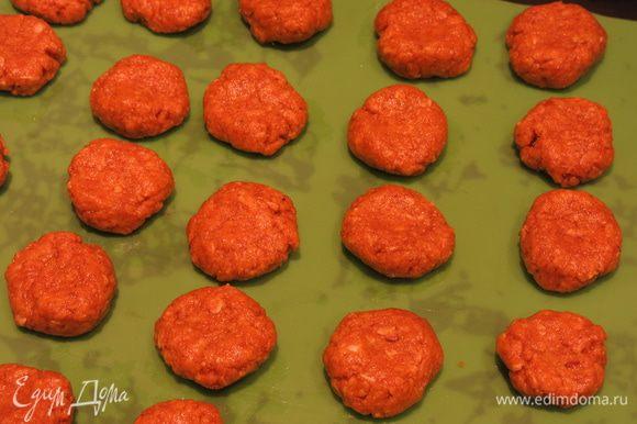 Формируем приплюснутые шарики-печенья и ставим при 180°С на 20 — 30 минут до золотистого цвета.
