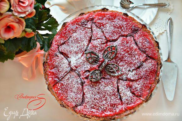 Готовый торт украсьте сахарной пудрой, шоколадом или взбитыми сливкам.