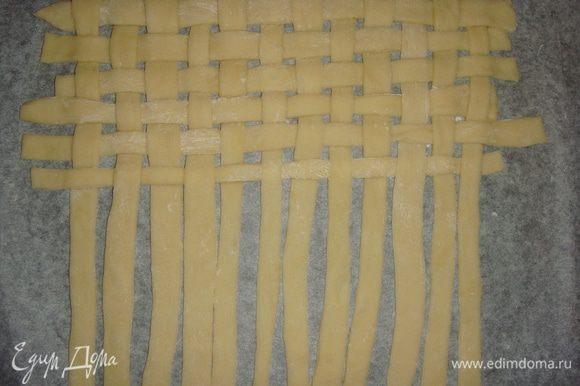 Противень застелить пекарской бумагой и на нем начинаем плести «коврик».