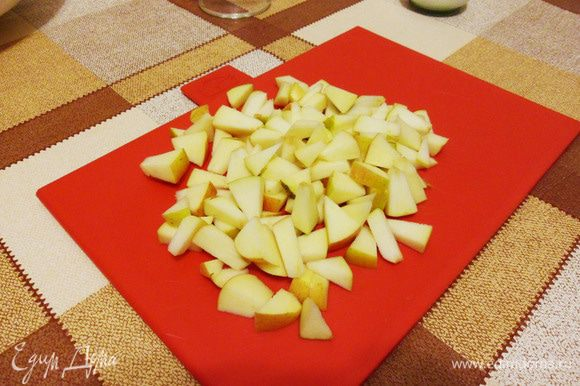 Яблоко нарезать кубиками. Чтобы яблоко не потемнело, протирайте нож ломтиком лимона.