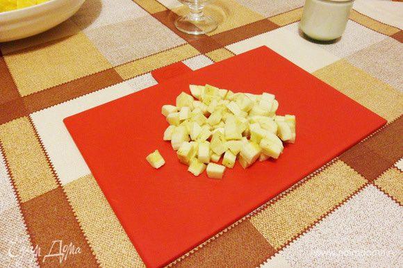 Банан порезать кубиками.