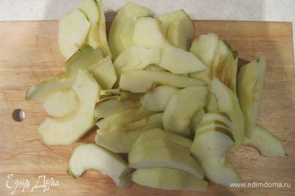 У яблок удаляем сердцевины с семечками и режем яблоки ломтиками.