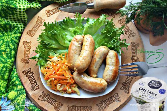 Обжаривайте колбаски на смазанной маслом сковороде или сковороде-гриль, периодически переворачивая их, доведя до готовности. На обычной сковороде лучше готовить под крышкой на небольшом огне. Подавайте приготовленные куриные колбаски горячими, сервировав салатом и зеленью. Приятного вам аппетита!
