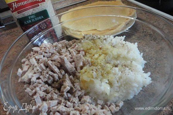 Готовый рис откидываем на дуршлаг и даем стечь воде. Лук мелко режем и поджариваем на смеси растительного и сливочного масла до мягкости или золотистого цвета (кому как нравится) и добавляем к рису. Сюда же выкладываем мясо, нарезанное мелкими кубиками (или пропущенное через крупную решетку мясорубки). Солим и перчим по вкусу, перемешиваем.
