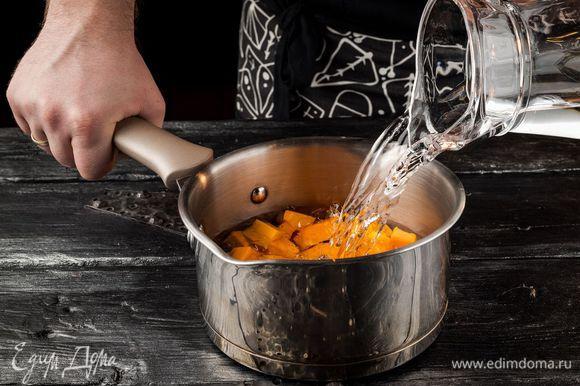 Тыкву очистить от кожуры, нарезать на кусочки. Залить водой и отварить до готовности.