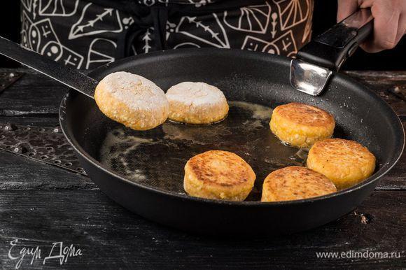 Разогреть в сковороде оливковое масло и пожарить сырники с каждой стороны до золотистого цвета.