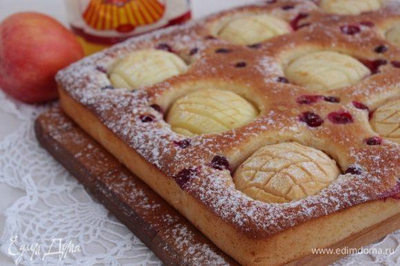 Остывший пирог посыпать сахарной пудрой.