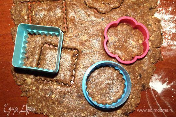 Тесто раскатать на присыпанной мукой поверхности и вырезать печенье. Можно просто отрывать кусочки теста, скатать шарик, слегка придавить.