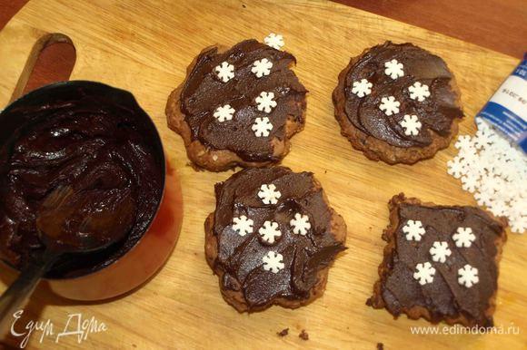 Шоколад растопить на паровой бани, добавить в шоколад коньяк или апельсиновый сок. Покрыть верх печенья шоколадом.