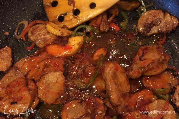 Затем добавляем мясо, соус, корицу, имбирь и перемешиваем аккуратно, тушим 1 минуту и снимаем с огня.