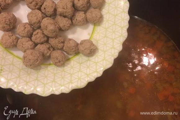 Добавить чечевицу, тефтели, перемешать и варить 2–3 минутки.