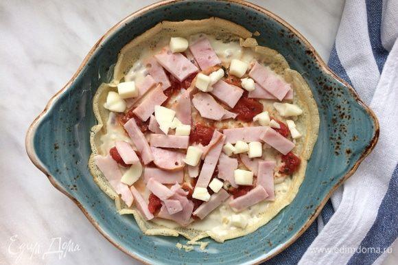 Далее слой томатного соуса, ветчины, сыра и петрушки.