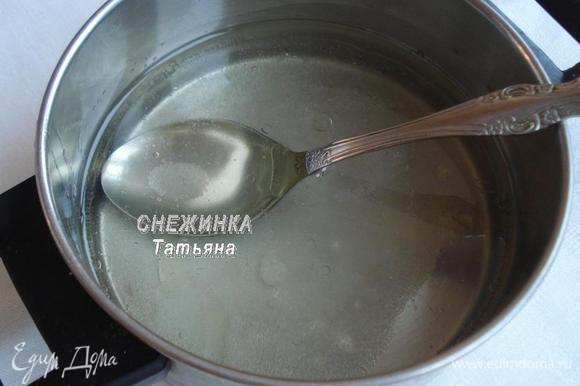 Готовим тесто. Наливаем в кастрюльку воду, добавляем соль (1/4 ч.л.), сахар, наливаем растительное масло и ставим на огонь. Помешиваем до растворения сахара, даем покипеть немного.