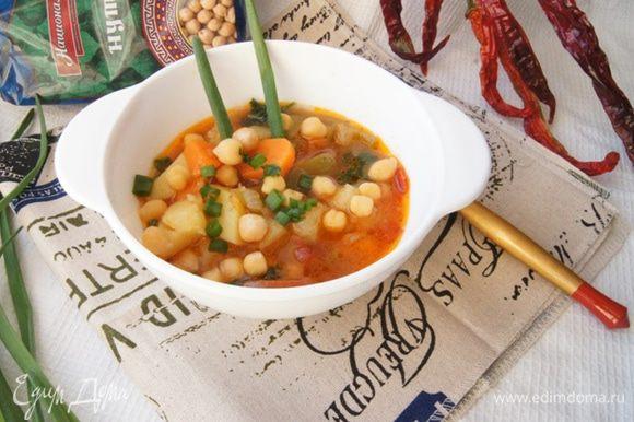 При подаче присыпать суп чили рубленой зеленью и зеленым луком. Хорошего вам обеда!