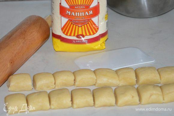 Достать тесто из холодильника, обмять и дать отогреться. Где-то 2/3 теста скатать колбаской и разрезать на маленькие куски. Можно просто отщипывать от большого куска теста.