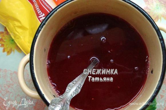 В отвар наливаем полученный ранее сок клюквы, всыпаем сахар, ванилин. Ставим на огонь, доводим до кипения, помешивая, чтобы сахар растворился.