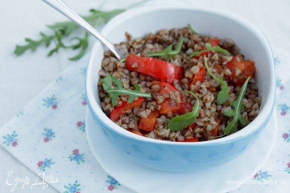 Выложите салат, полейте заправкой, добавьте немного зелени и перемешайте. Подавайте салат теплым.