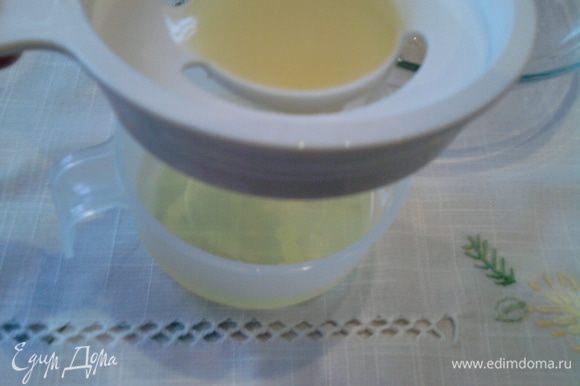 В первую очередь необходимо приготовить основу для торта. Для этого отделить белки от желтков.
