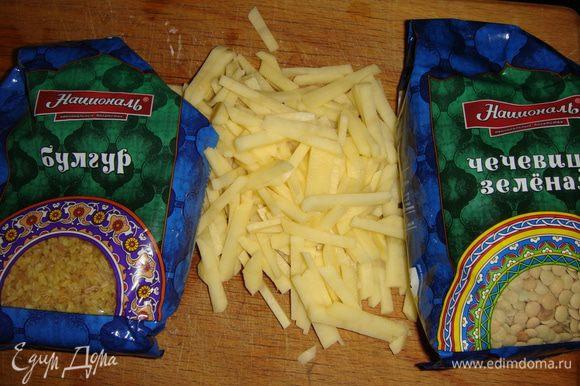 Картофель почистить и нарезать соломкой. Добавить в кастрюлю. Посолить, добавить мяту, паприку и горошины перца. Готовим под закрытой крышкой.