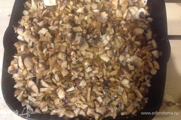 Добавить грибы и обжаривать еще 3 мин. Вылить пиво и выпарить его наполовину, добавить муку и хорошо перемешать.