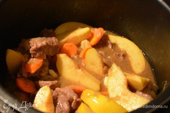 Включить режим «тушение», к баранине добавить мелко нарезанный перец чили, айву и морковь, тушить еще 15 минут.