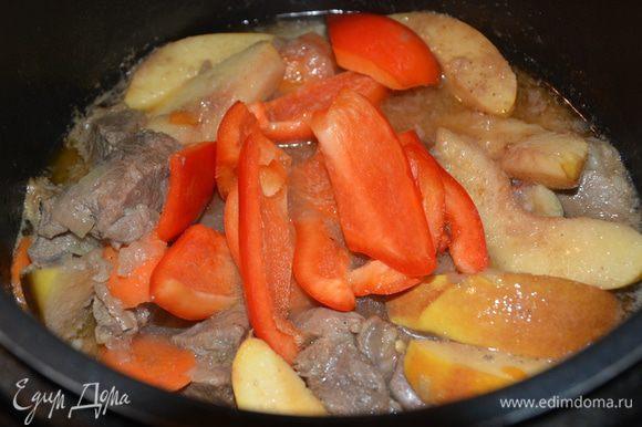 Выключить режим «тушение». Добавить болгарский перец и снова тушить 5 — 7 минут. Отварить картофель.