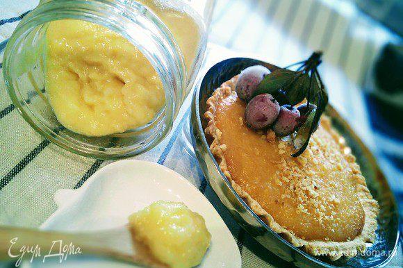 Яблочно-лимонный курд имеет интенсивный лимонный вкус и консистенцию нежнейшего яблочного крема-пюре. Его можно использовать во многих случаях: как начинку в пирожных и тартах http://www.edimdoma.ru/retsepty/80691-orehovyy-tart-s-persikovym-kurdom, как добавку к мороженому http://www.edimdoma.ru/retsepty/82054-limonnoe-morozhenoe-s-yoshtoy, как кремовый соус к блинам.