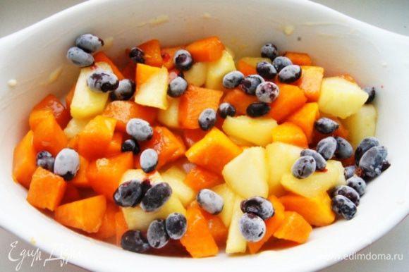 Форму для запекания смазать сливочным маслом и заполнить начинкой, добавить ягоды (у меня замороженная жимолость). Вы можете взять вашу любимую ягоду, а летом использовать свежую.