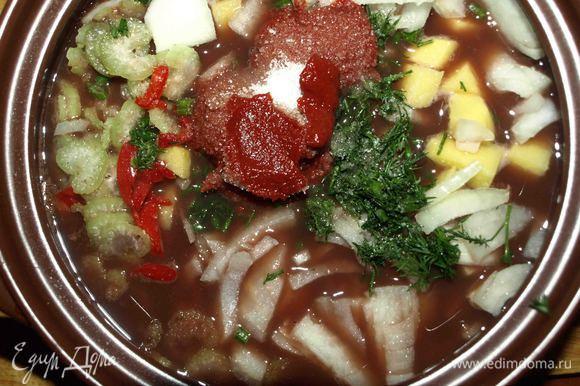 Добавить к фасоли овощи и зелень, томатную пасту, щепотку сахара (при желании), соль, перец по вкусу. Перемешать и оставить вариться на 1 час на медленном огне.