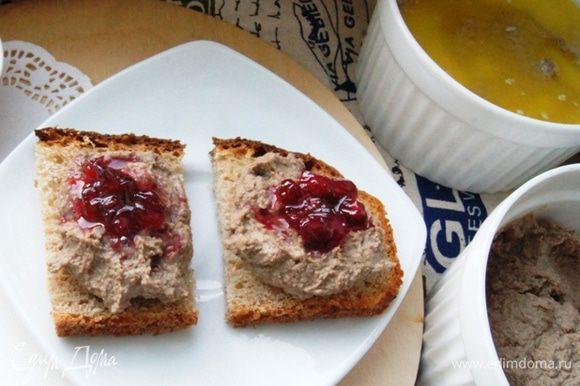 Паштет разложить по формочкам и залить растопленным сливочным маслом. Убрать в холодильник. Подавать такой паштет можно с брусничным вареньем. Именно с ним мне понравилось кушать больше всего! Пару слов о хлебе, с которым мы его кушали. Это вкуснейший хлеб от Вики (Vicky) http://www.edimdoma.ru/retsepty/74020-hleb-na-dvoynoy-bige-kefirnaya-korochka