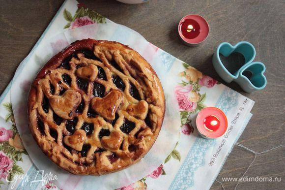 Выпекайте пирог в течение 15 — 20 минут при 180°С. Дайте ему остыть, тогда начинка схватится и практически не будет вытекать из пирога. Подавайте к столу своим любимым!