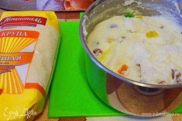 Кашу слегка охладить, добавить размягченное сливочное масло, ванилин, орехи и цукаты.