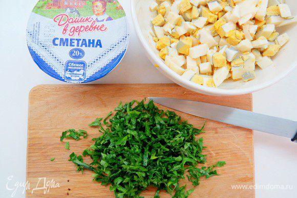 Пока тесто отдыхает, приготовим начинку. Вареные яйца режем кубиком, зелень и лук мелко нарезаем.