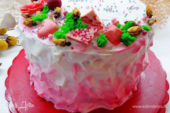 Для декорирования торта взбиваем 250 г сливок + 2 — 3 ст. л. пудры, 1/3 сливок откладываем и добавляем каплю розового красителя. Покрываем верх и бока тортика взбитыми сливками, низ и при желании верх тортика дополнительно оттеняем розовыми сливками.