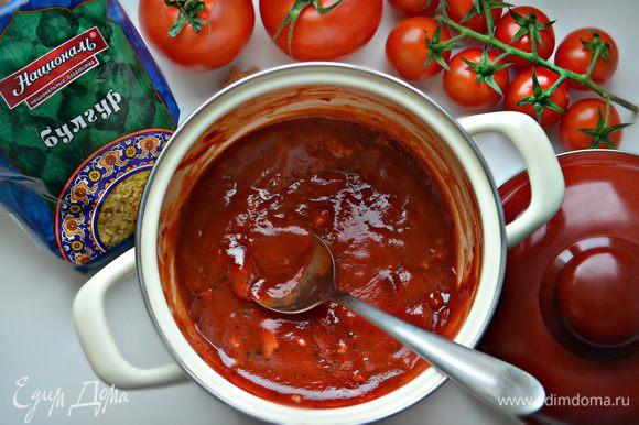 Для соуса в кастрюлю вылейте томатный соус, добавьте томатную пасту, хлопья сладкой паприки, выдавите зубчик чеснока. Приправьте сухим базиликом, свежемолотым перцем, сахаром и солью. Доведите соус до кипения и проварите 3 мин. Крахмал разведите в холодной воде (2 — 3 ст. л.) и влейте в кипящий соус, постоянно помешивая. Доведите до кипения, выключите и дайте соусу остыть.