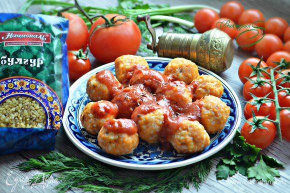 Выложите готовые фрикадельки на тарелку и обильно полейте томатным соусом. Приятного вам аппетита!