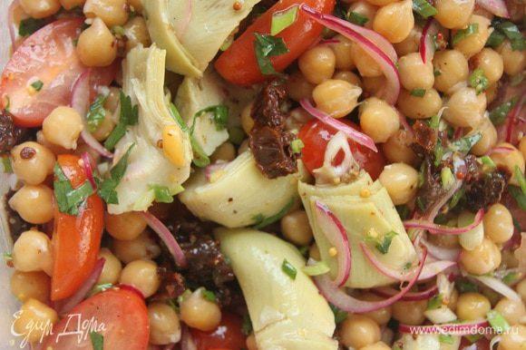 Для заправки соединить 1 ст. л. оливкового масла с 2 ст. л. маринада от лука и 1 ч. л. зерненой горчицы. Перемешать, посолить и поперчить по вкусу. Добавить заправку к салату. Сверху на салат настругать крупными хлопьями твердый сыр. Очень вкусно!