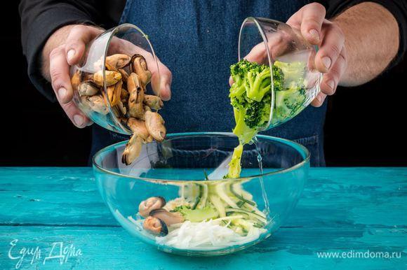 В салатнике смешать брокколи, огурцы, лук, чеснок и мидии.