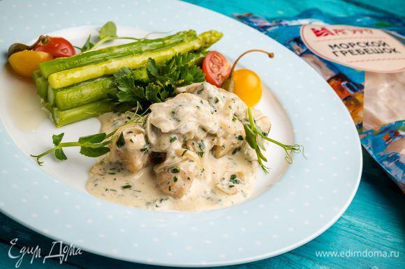 Сервируем блюдо. На тарелку выкладываем спаржу, а рядом — сливочный соус с морскими гребешками. Подаем к столу!