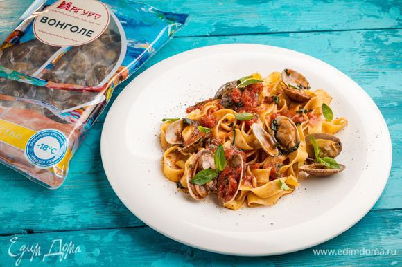 Ароматная паста готова! Сверху блюдо посыпьте измельченным базиликом.
